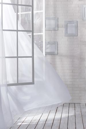 ventana abierta: Habitaci�n con una ventana abierta y una ligera brisa en un d�a soleado