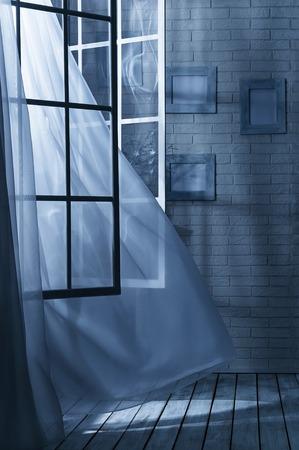 Kamer met het raam open en de wind op een maanverlichte nacht Stockfoto