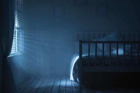 Slaapkamer met maanlicht en rook Stockfoto