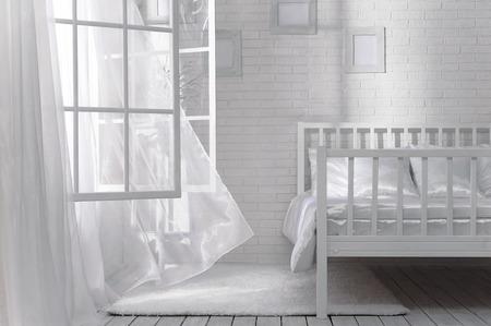 開いているウィンドウと晴れた日にそよ風の寝室 写真素材