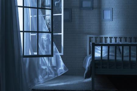 달 밤에 창문을 열고 바람과 침실 스톡 콘텐츠