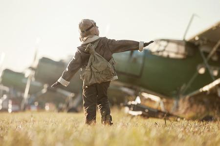 piloto: Joven aviador aviones estacionados en el aeropuerto el d�a de oto�o