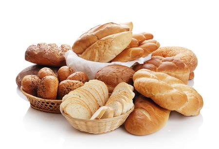 canasta de panes: Montón de diverso pan sobre un fondo blanco