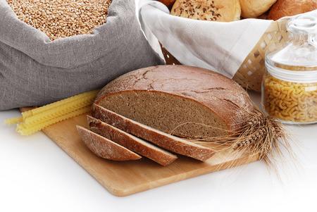 bolsa de pan: Mont�n del vario pan, bolso con trigo y macarrones en un fondo blanco