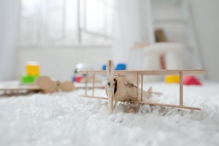 카펫에 아이들의 방에 나무 비행기 장난감