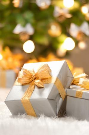 moños navideños: Cajas de regalos bajo el árbol de Navidad