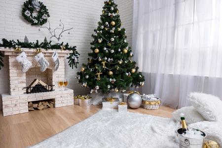 Dagelijkse interieur uitgedost met kerstboom en open haard