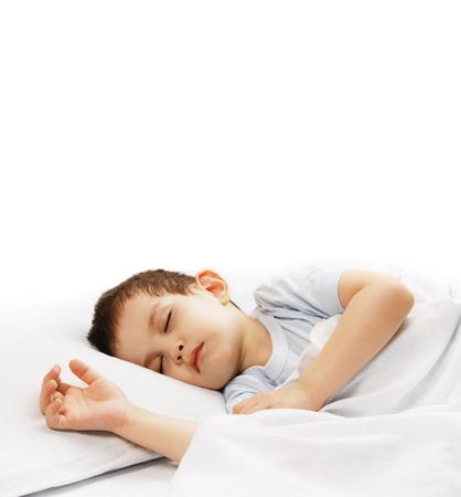 침대에 느긋하게 자고있는 어린 소년