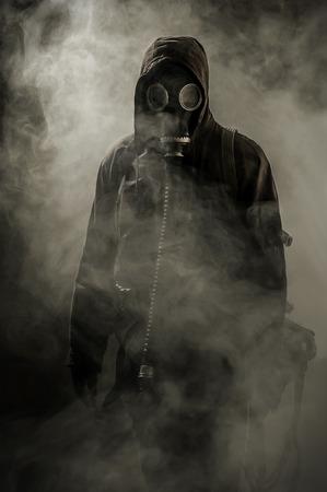 mascara de gas: Retrato de un hombre con una máscara de gas en el humo después del accidente