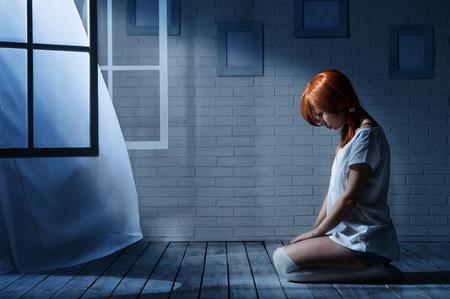 외로운 여자 창 반대 빈 어두운 방에 앉아
