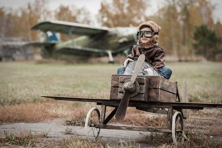공항 수제 가을의 평면에서 어린 소년 파일럿