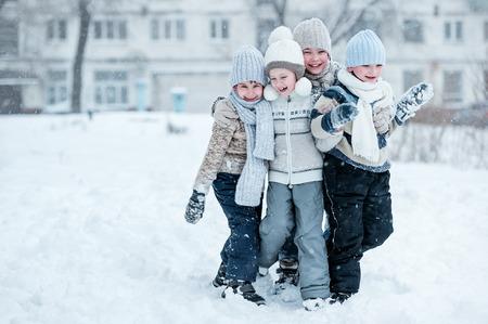 겨울 맑은 날에 눈 재생 아이의 그룹