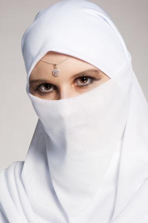 fille arabe: Portrait d'une jeune fille est sur un fond blanc Banque d'images