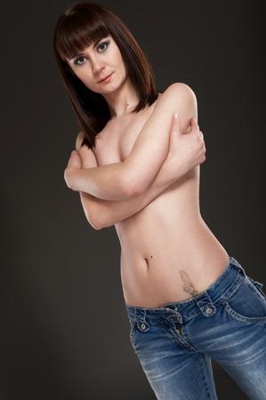 seminude: Ritratto di giovane donna seminude su sfondo nero