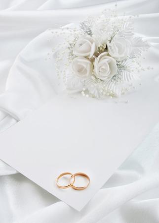 결혼 반지와 흰색 배경에 신부 부케로 결혼식 초대장 스톡 콘텐츠