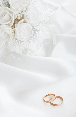 결혼 반지와 흰색 배경에 신부의 꽃다발 스톡 콘텐츠