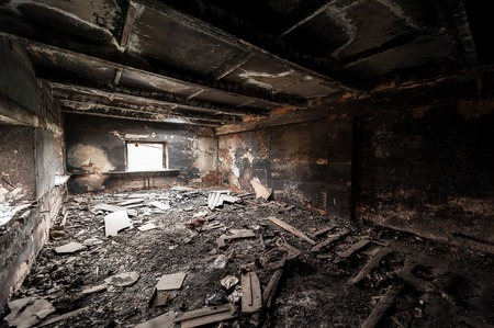 Verlaten gebouw na brand Stockfoto