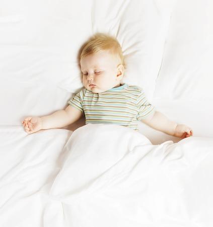 침대에 평온한 수면 어린 소년