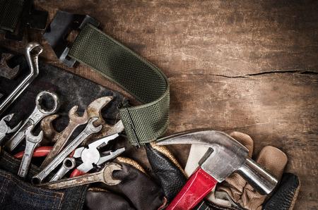 herramientas de construccion: actualización de herramientas en el fondo de madera del grunge