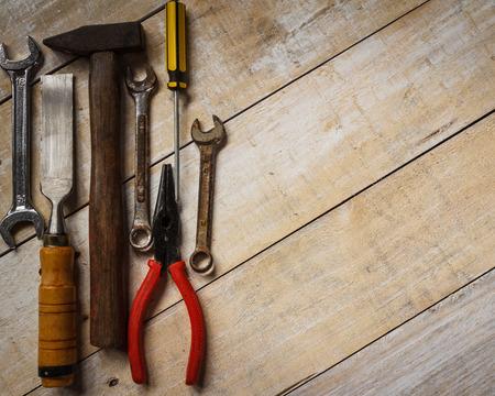 herramientas de construccion: caja de herramientas en la madera marrón Foto de archivo