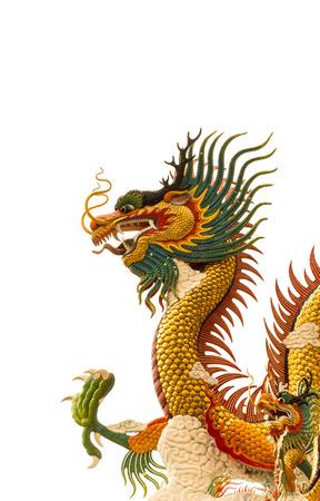 dragon chinois: sculpture de dragon sur fond isolé Banque d'images