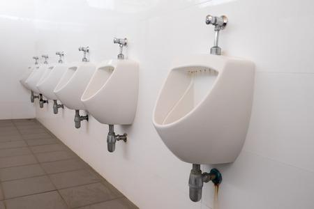 Schone witte urinoir in mannen toilet Stockfoto