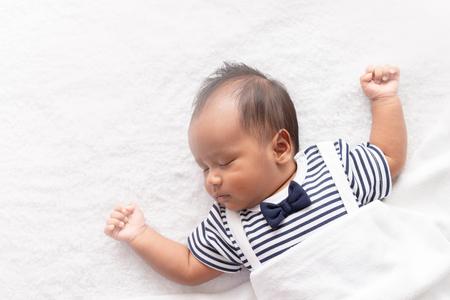 newborn asian boy baby sleeping on white furry cloth Zdjęcie Seryjne