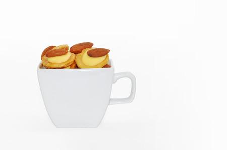 Snack in Tasse isoliert auf weiß