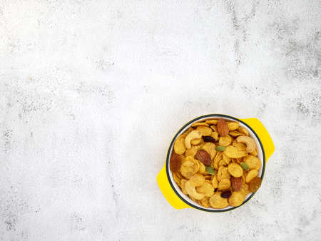 Grains cornflakes in bowl on white texture background. Standard-Bild
