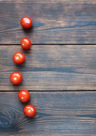 Red cherry tomatos on dark wooden boards 版權商用圖片