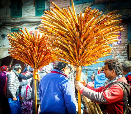 vendedores: Los vendedores de flauta en Indrachowk, Katmand�, Nepal.