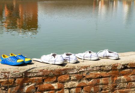 zapatos escolares: Zapatos lavados de los escolares mantienen fuera de secado al sol.
