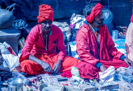 rastas: Kathmandu, Nepal - el 24 de febrero de 2017: Sadhu colorido en el festival de Mahashivatri en el templo de Pashupatinath, Kathmandu, Nepal. Editorial