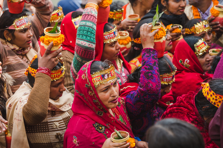 Kathmandu,Nepal - Feb 12,2018: Hindu devotees with bare foot and holy water pots returning back  after offering Holy Water to Lord Shiva. This is on the occasion of Bol Bom and Mahashivaratri Festival at Pashupatinath Temple,Aryaghat. 新聞圖片