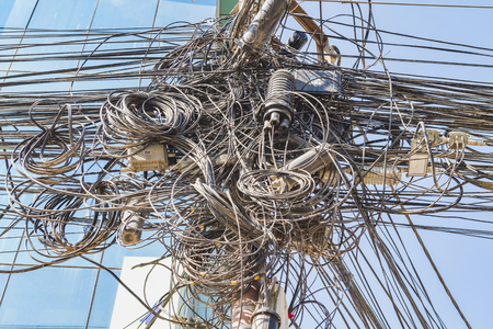 Enorme groviglio di cavi e fili nella città di Kathmandu in Nepal.
