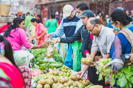 Kathmandu,Nepal - Sep 8,2018: Fruit and vegetable street market of Kathmnadu Nepal.Early Morning People buying and selling fruits and vegetables in durbar square Kathmandu. Banque d'images - 109778332