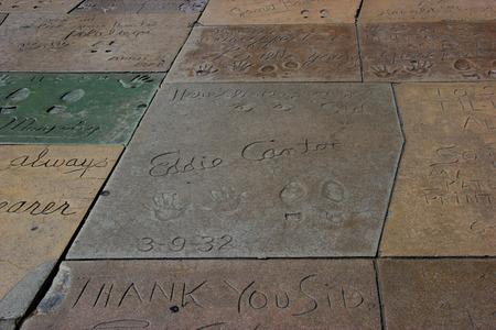 Los Angeles, Kalifornien, USA - 19. Mai 2014: Hand und Fuß Drucke von Filmstars auf dem Hollywood Walk of Fame am Hollywood Boulevard in Los Angeles, Kalifornien