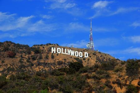 Los Ángeles, California, EE.UU. - 10 de noviembre 2014: El cartel de Hollywood, visto desde el lago de Hollywood Park, es un punto de referencia y un icono cultural de Estados Unidos situado en el monte Lee, en el área de Hollywood Hills de las montañas de Santa Mónica en Los Ángeles, California.