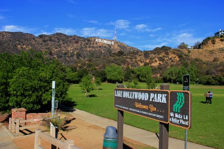 Los Angeles, California, USA - 10 november 2014: The Hollywood Sign, bekeken vanuit Lake Hollywood Park, is een mijlpaal en Amerikaanse culturele icoon op Mount Lee in de Hollywood Hills gebied van de Santa Monica Mountains in Los Angeles, Californië. Redactioneel