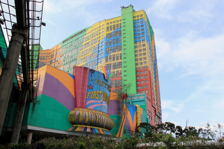 Genting Highlands, Malaysia - 2013 년 4 월 3 일 : First World Hotel은 총 6,118 개의 객실을 보유한 세계에서 4 번째로 큰 호텔입니다. 500,000 평방 피트의 광장에는 쇼핑몰, 아케이드, 음식점, 카지노, 실내가 있습니다.