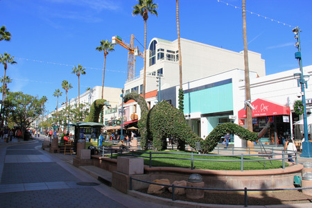 entertainment district: Santa Monica, California, USA - November 16, 2014: The Third Street Promenade is a premium shopping, dining and entertainment district in the downtown area of Santa Monica, California.