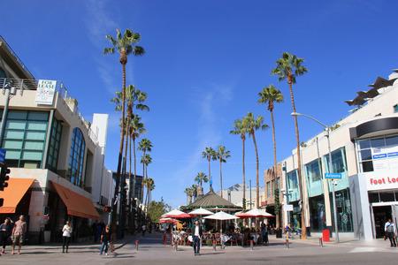 Santa Mónica, California, EE.UU. - 16 noviembre 2014: El Third Street Promenade es un distrito comercial premium, restaurantes y entretenimiento en el centro de la ciudad de Santa Mónica, California.