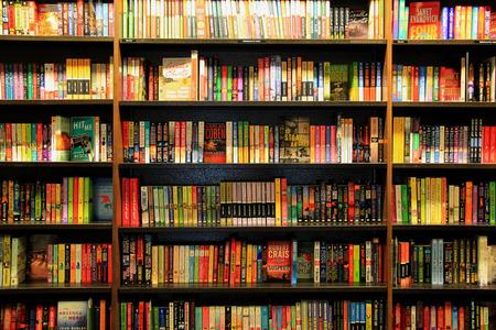 Santa Mónica, California, EE.UU. - 16 noviembre 2014: Muchos diferentes libros están dispuestos en orden sobre Estantes de madera Editorial