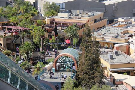 venganza: Los �ngeles, California, EE.UU. - 10 de octubre 2014: Paisaje del lote inferior de Universal Studios Hollywood, que ofrece de tres emocionantes atracciones - Parque Jur�sico, La Venganza de la Momia y Transformers. Editorial