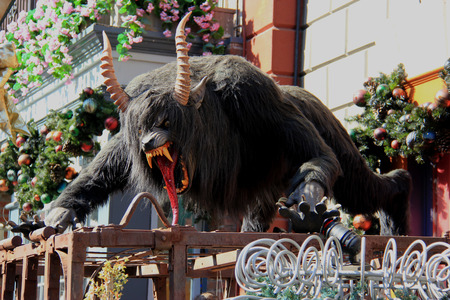할로윈에 대한 큰 무서운 동물 조각 장식 에디토리얼