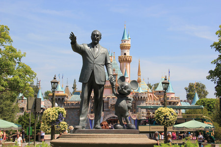 Statue of Walt Disney and Mickey Mouse, known as Disney Partnes Statue, is welcoming all guests right in front of Sleeping Beauty Castle at Disneyland. Redakční