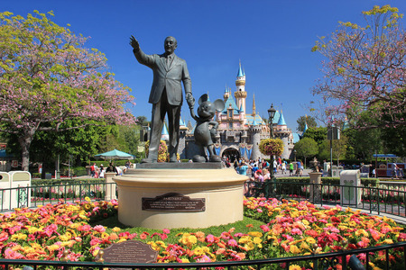 Statue of Walt Disney and Mickey Mouse, known as Disney Partnes Statue, is welcoming all guests right in front of Sleeping Beauty Castle at Disneyland. 에디토리얼