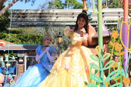 castillos de princesas: Anaheim, California, EE.UU. - 30 de mayo 2014: Cenicienta y Princesa Bella de Disney en desfile en Disneyland Editorial