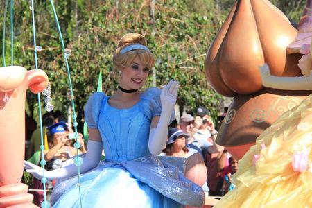 castillos de princesas: Anaheim, California, EE.UU. - 30 de mayo 2014: Cenicienta en Disney desfile en Disneyland Editorial