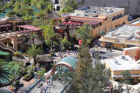 venganza: Los Ángeles, California, EE.UU. - 12 de marzo de 2015: Paisaje del lote inferior de Universal Studios Hollywood, que ofrece tres emocionantes atracciones - Parque Jurásico, La Venganza de la Momia y Transformers. Editorial